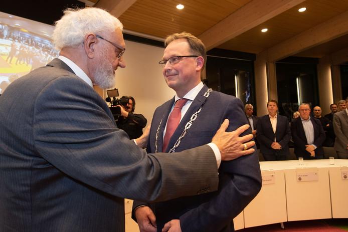 Harald Bouman nadat hij de ambtsketen omgehangen heeft gekregen door waarnemend burgemeester Henk Tiesinga.
