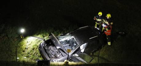 Auto schampt boom, gaat over de kop en belandt in weiland langs N271