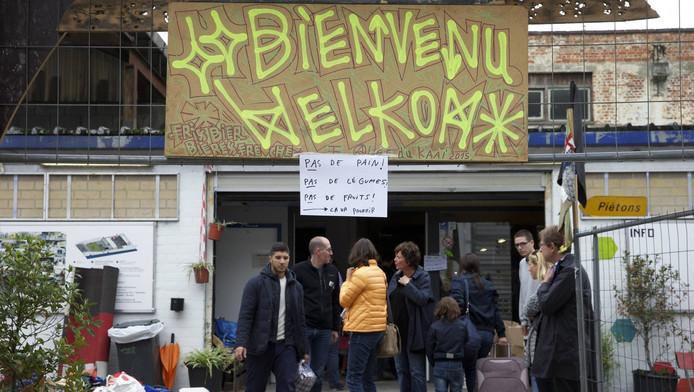Mensen doneren spullen bij een vluchtelingenopvang in Brussel.