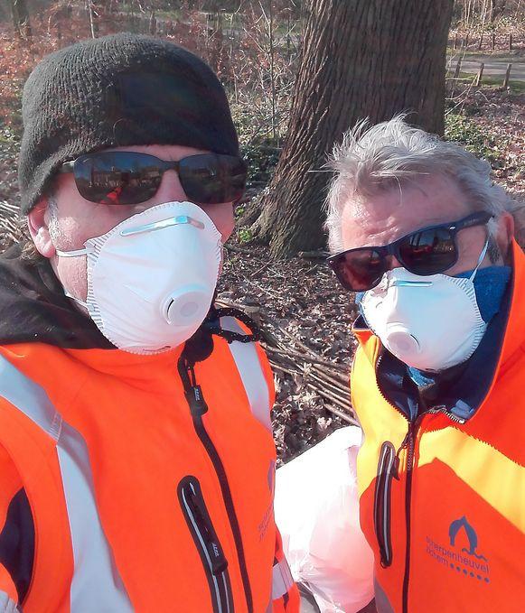 """Dagelijks strijden Peppi en Kokki tegen het afval: """"We vinden ook almaar meer gebruikte mondmaskers""""."""