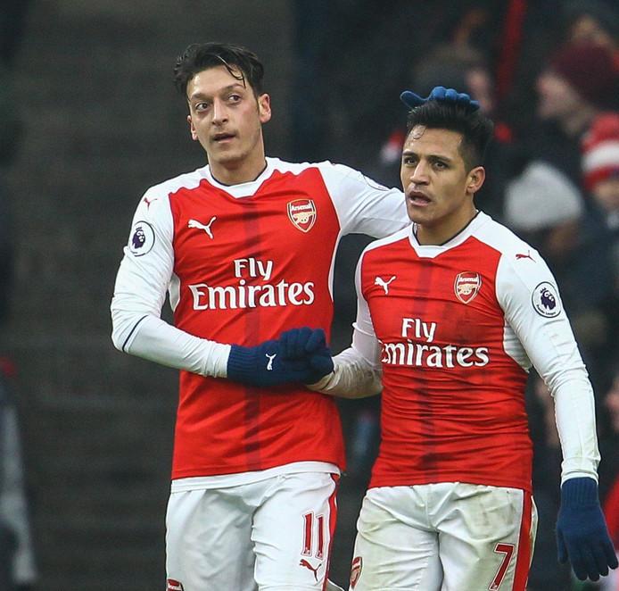 Mesut Özil (links) en Alexis Sánchez.