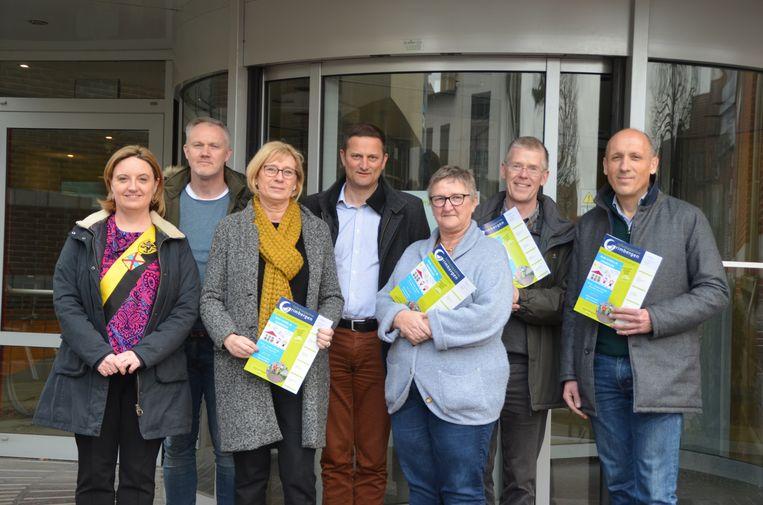 Schepen van onderwijs Karlijne Van Bree en een afvaardiging van de Grimbergse basisscholen.