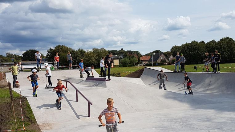 Steppers en skaters tonen hun trucjes in het kersverse park.