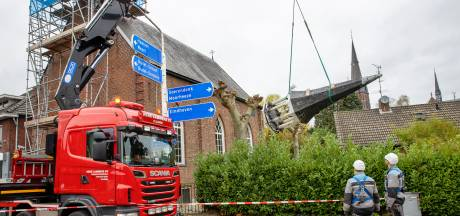 Torentje voorzichtig van kerkje in Budel gehaald