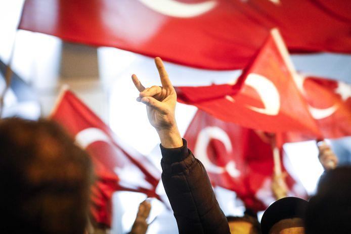 """Hoogleraar Erik Jan Zürcher: ,,Iedereen die het grijzewolvengebaar maakt, is in Turkije onmiddellijk herkenbaar als extreme nationalist."""""""