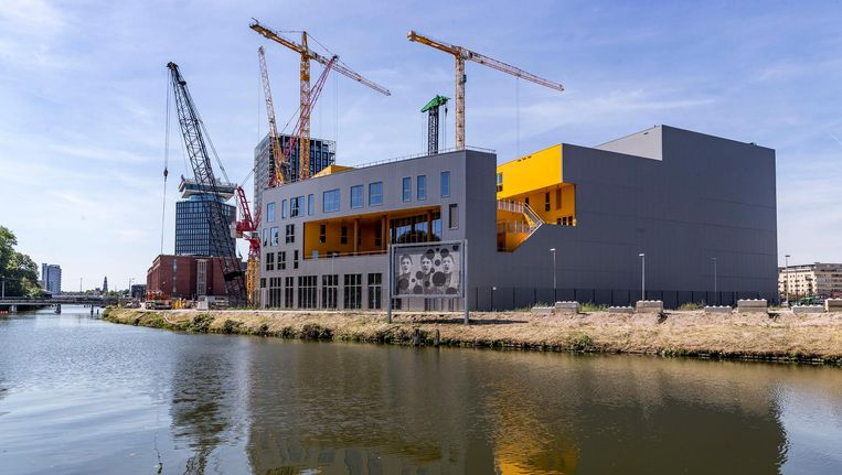 De school staat klaar, eromheen is het de komende jaren nog een bouwput in Overhoeks Beeld Rink Hof