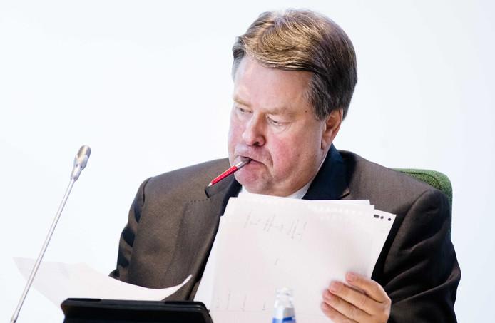 Commissaris van Koning Jacques Tichelaar tijdens een gesprek met leden van het provinciebestuur in Drenthe.