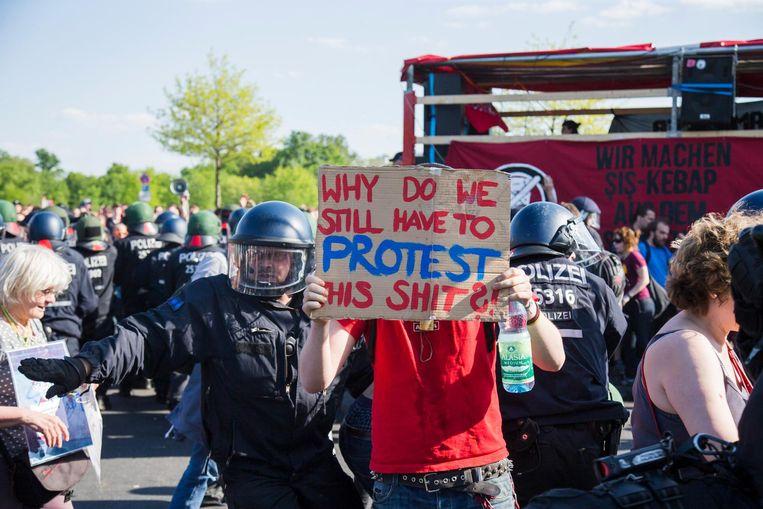 Protest tegen (extreem-)rechtse demonstranten die het vertrek van de Duitse bondskanselier Angela Merkel eisen om haar asielpolitiek. Beeld Getty