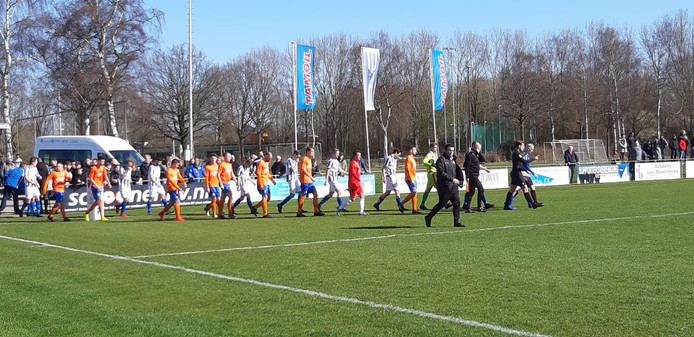 Steenbergen en RBC betreden het veld.