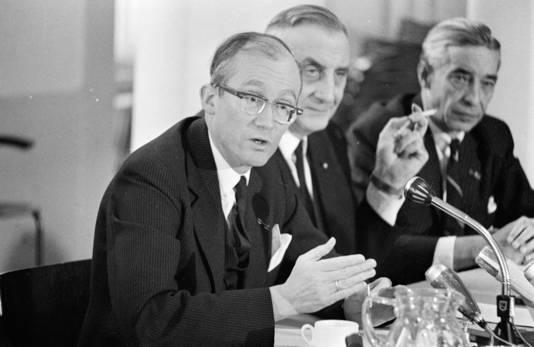 Johan Witteveen in zijn werkkamer en als minister in 1968