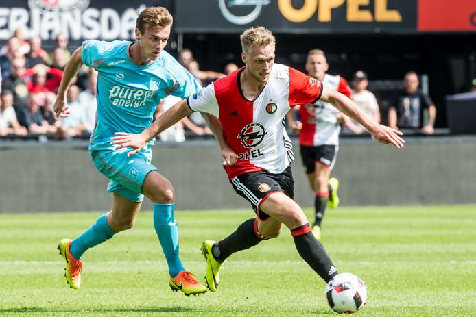 Actiemoment tijdens Feyenoord - FC Twente vorig seizoen: Peet Beijen (l) in duel met Nicolai Jørgensen.