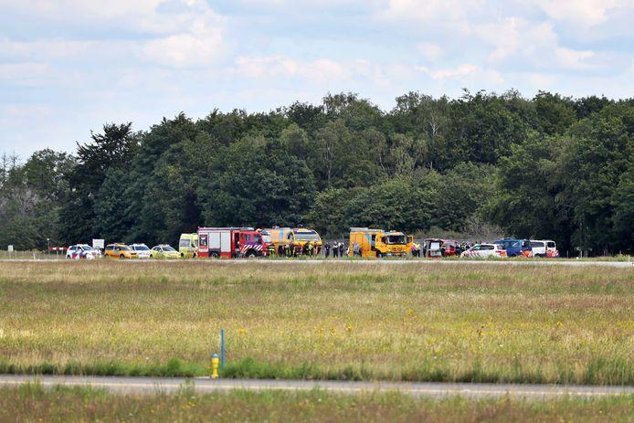 Hulpverleners op vliegbasis Gilze-Rijen bij het zweefvliegtuig dat is gecrasht, waarbij de 37-jarige pilote om het leven is gekomen.