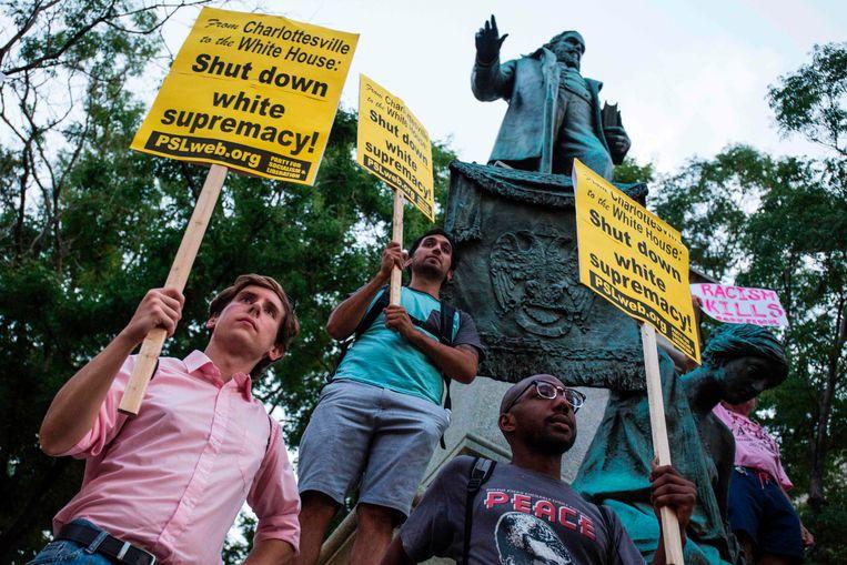 Demonstranten verzamelen zich voor een beeld van generaal Albert Pike in Washington, DC. Beeld AFP