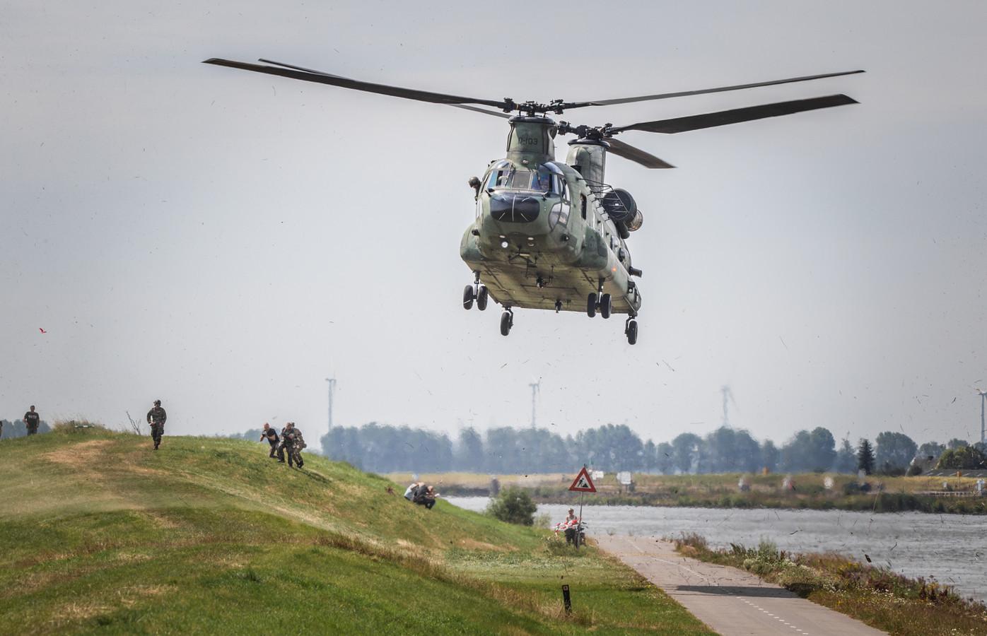 Chinook landt op de Wieldrechtse Zeedijk om mariniers af te zetten die een oefening doen op onder andere het terrein van Spinel in Dordrecht.