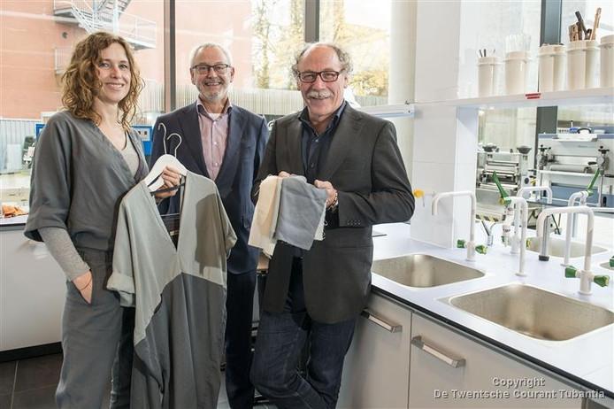 Theresia Grevinga, Ger Binks en Gerit Bouwhuis tonen de eerste geweven stof van SaXcell