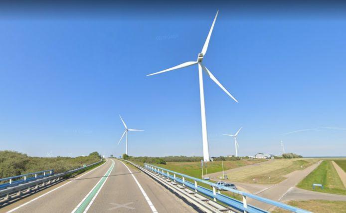 De drie huidige windturbines bij de Jacobahaven, gezien vanaf de N57.