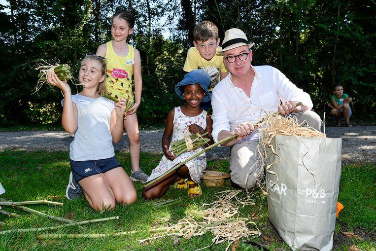 Burgemeester Piet Buysse entertaint de kinderen.