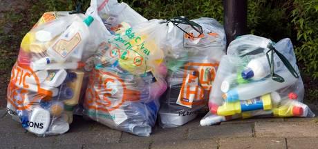 Nijmegenaren krijgen kapstok aan lantaarnpaal voor plastic afvalzakken