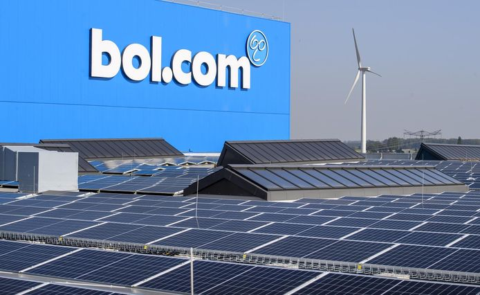 Ook het dak van het distributiecentrum van bol.com in Waalwijk ligt vol met zonnepanelen.