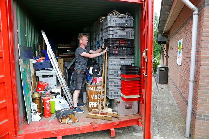 de inboedel van de scoutingvereniging in Hank zit tijdelijk in een container na een inbraak van t weekend robin van dongen zet de laatste spullen in de container[foto ricardo smit].