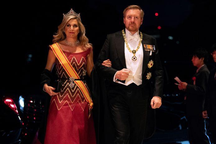 Koning Willem-Alexander en Máxima onderweg naar het staatsbanket.
