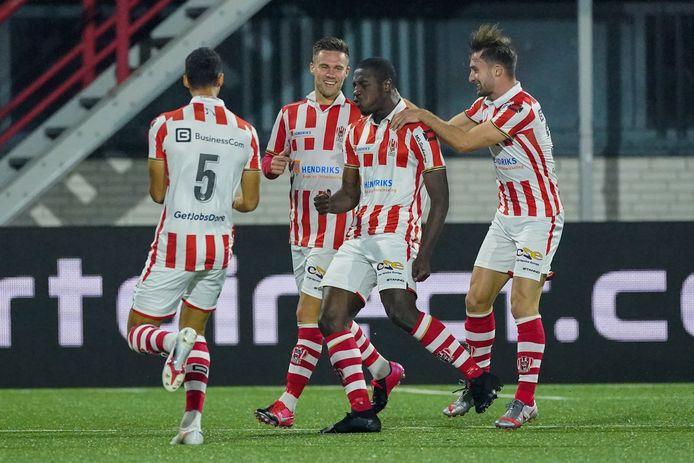 Kyvon Leidsman wordt na zijn 2-0 bejubeld door onder anderen de maker van de openingsgoal Mart Remans (rechts), die zijn basisdebuut maakte voor TOP.