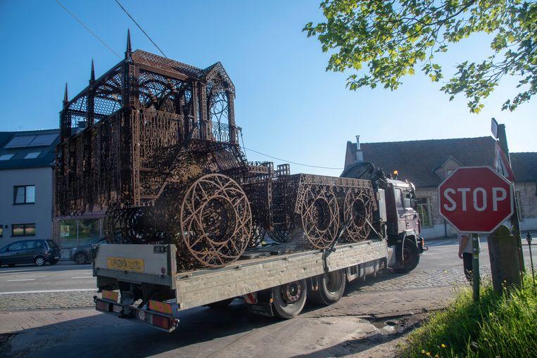 Het kunstwerk Flatbed Trailer van Wim Delvoye verhuist van Melle naar Middelkerke.