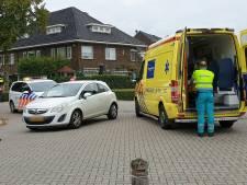 Fietser gewond naar ziekenhuis na aanrijding in Enschede