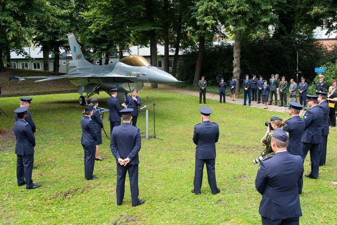 'Onthulling' van de nieuwe poortwachter op het KMA-terrein op het Kasteel in Breda: een F-16 van vliegbasis Volkel.