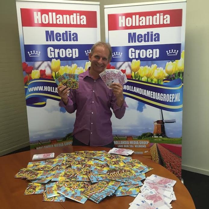 Johan Vlemmix met de (on)echte biljetten van 500 euro.