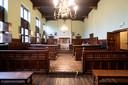 De correctionele rechtbank van Mechelen. De zaal werd inmiddels klaargestoomd met de nodige attributen zodat maandag de zitting online kan doorgaan.