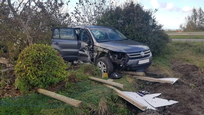 Auto botst tegen huisgevel en eindigt in tuin: bestuurster viel mogelijk in slaap
