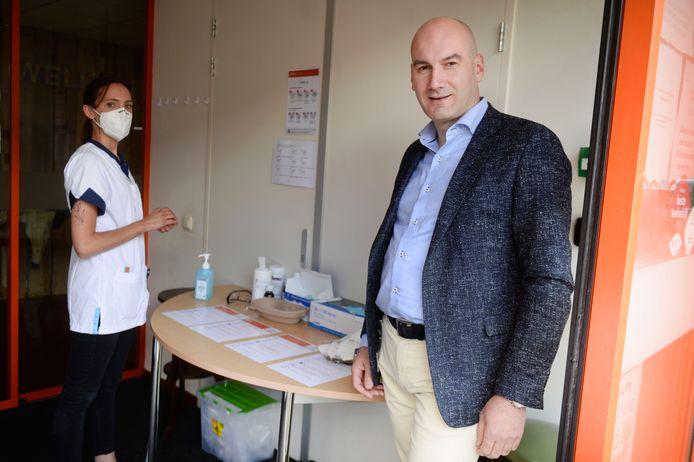 """Directeur André Kok doet maandag de deuren van een van de verpleeghuizen van Zorggroep Manna weer open. """"We zijn blij dat dat weer mogelijk is."""" Links verzorgende Ruth Schellevis."""