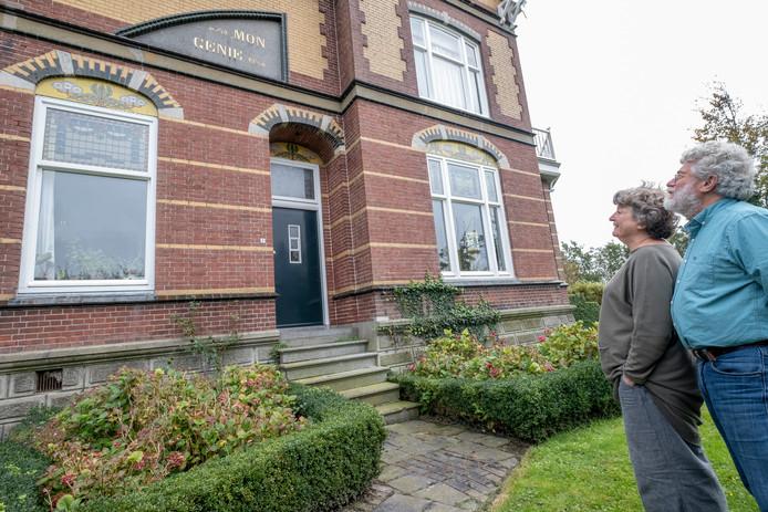 Ron Pronk en Marijke Lamboo bij Mon Genie; het huis in Brouwershaven waarvoor ze de tegels maakten