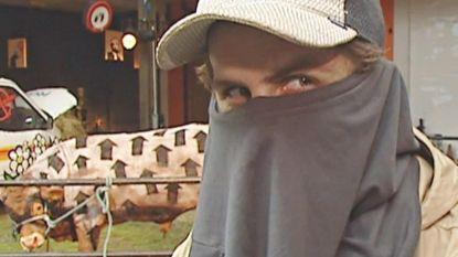 Is dit de echte Banksy 16 jaar geleden? Opgedoken tv-fragment toont straatkunstenaar met bedekt gezicht