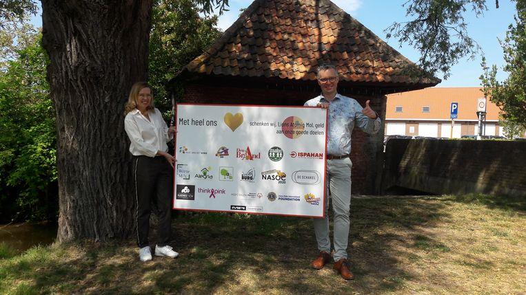 Hilde Draulans (voorzitter Lions Mol Atomiq) en burgemeester Wim Caeyers