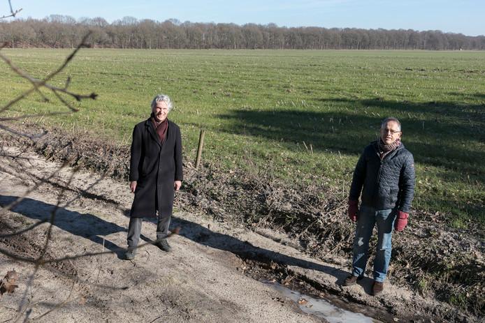 Ron Swank (L) en John Vermeer van Duurzame Energie Haaren hopen snel hun plannen uit te kunnen voeren  in het gebied De Margriet.