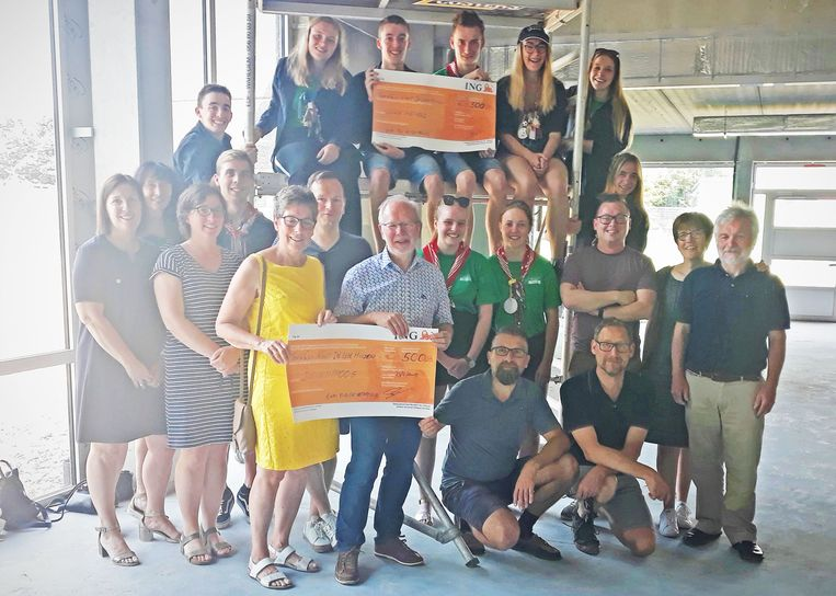 De organisatoren van Kunst in Lege Huizen schonken een cheque aan twee Opwijkse goede doelen.
