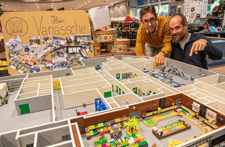 Rik Vandenabeele van Huis Vanassche en Lego-bouwer Giovanni Seynhaeve bij de Lego-versie van de winkel.