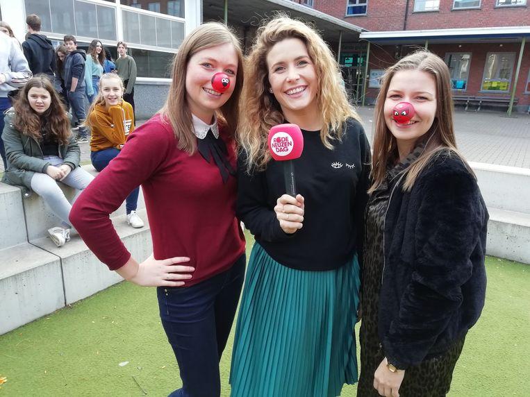 Qmusic-presentator Maureen met leerkrachten Katrien Ytebrouck en Eline Macquoi.