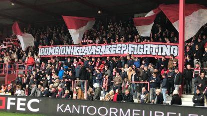 """""""Komaan Klaas, blijven vechten!"""": Vrienden ontrollen 10 meter lange tifo tijdens voetbalwedstrijd voor schooldirecteur (51), die week na zware val met de fiets nog steeds kritiek is"""