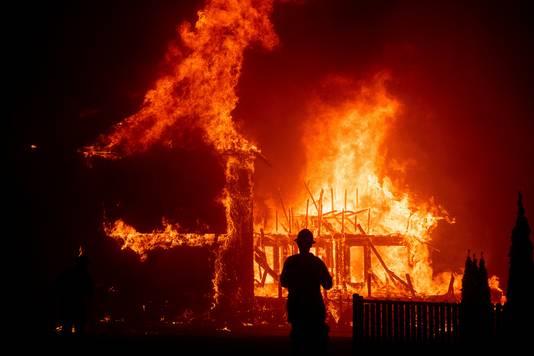 Een huis brandt af door de enorme vlammenzee bij het stadje Paradise in het noorden van Californië.
