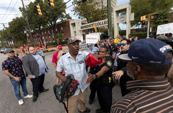 Confrontaties tussen voor- en tegenstanders van president Trump voor het Benedict College in South Carolina.