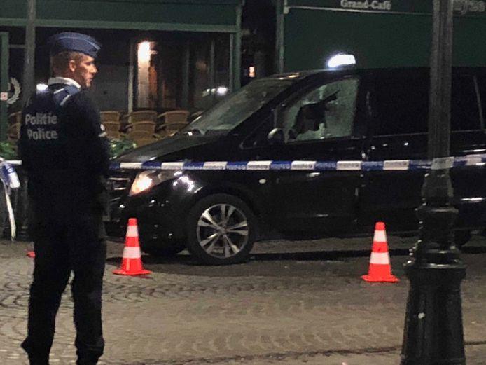 De dader schoot door het raam van de taxi.