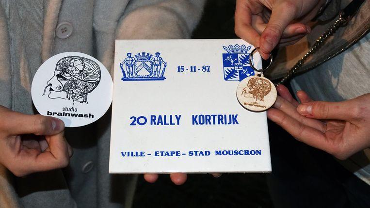 De stickers van Studio Brainwash (links) kosten 2 euro. De sleutelhangers (rechts) kosten 5 euro.