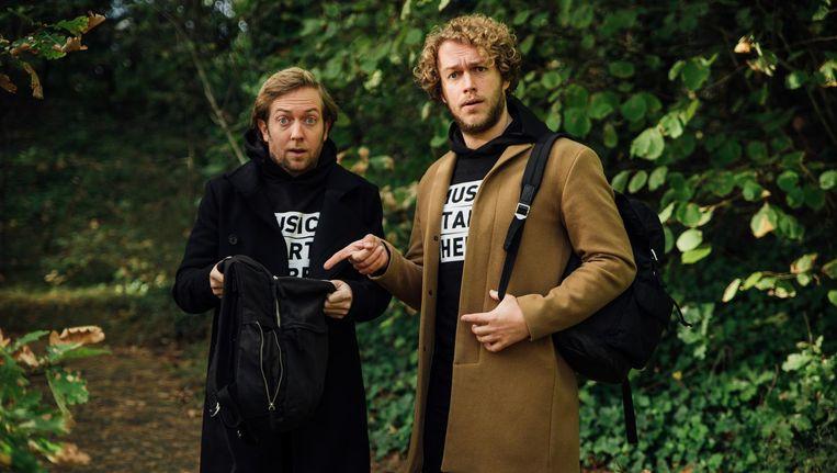Rámon Verkoeijen (links) en Mark van der Molen trekken met hun radiorugzak door het land Beeld NPO 3FM