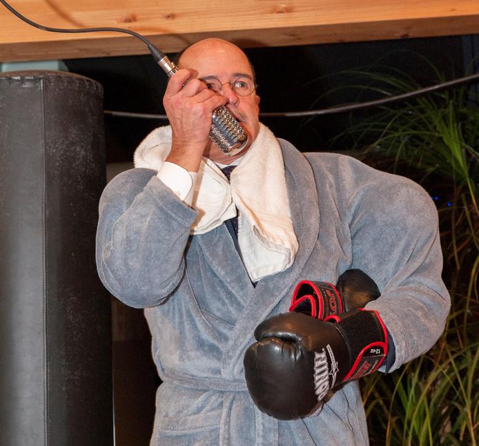 Burgemeester Alex van Hedel opende de nieuwjaarsreceptie van de gemeente Brummen in een badjas en met bokshandschoenen in een boksring.
