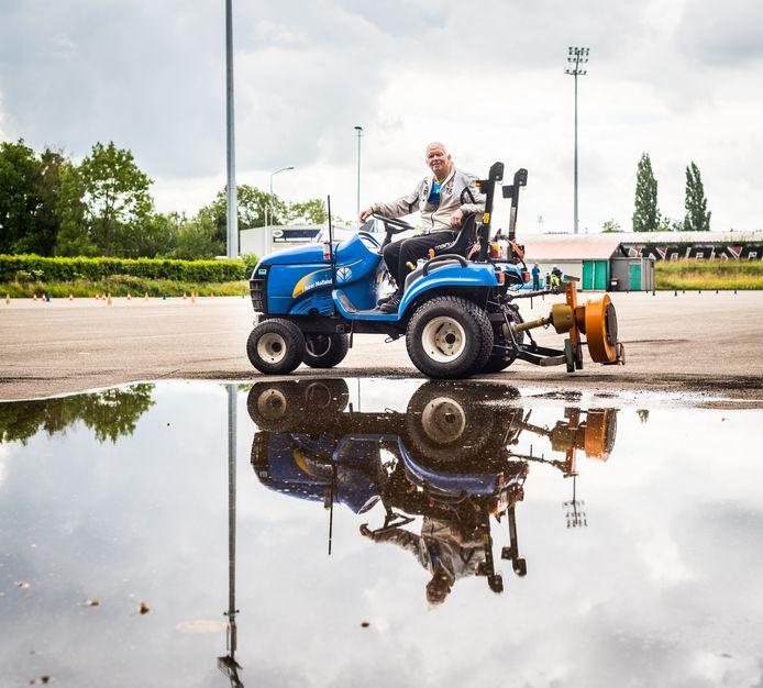 Jan Kijkuit is grasmeester bij FC Dordrecht. ,,Ik heb m'n eigen tempo. Niemand zegt wat ik moet doen.''