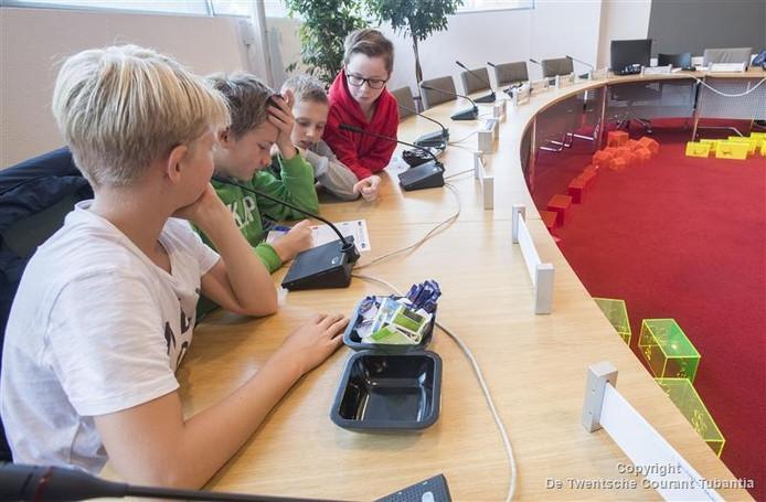 Leerlingen uit groep 8 van de Vriezenveense Elthetoschool volgen een les over democratie in de Twenterandse raadszaal.