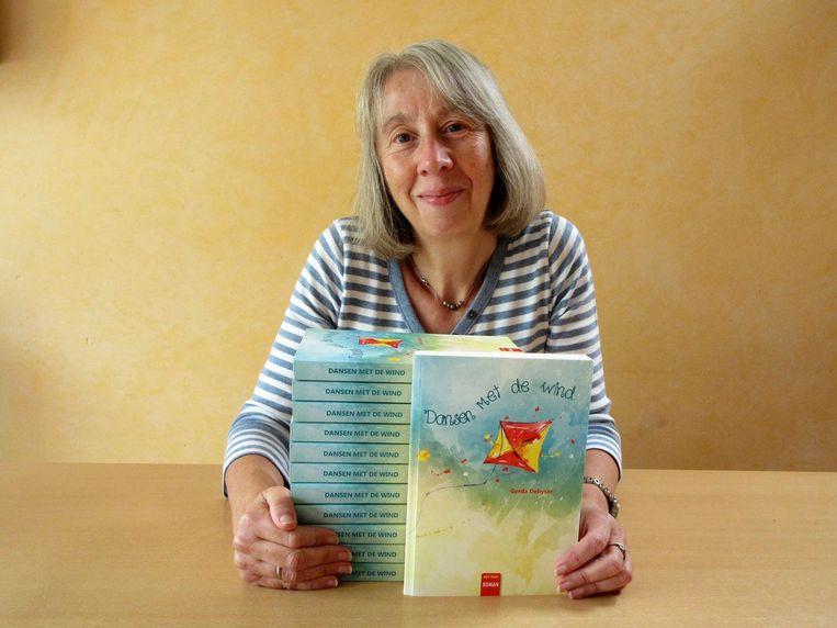 Gerda Debyser met haar nieuwste boek 'Dansen met de wind'.